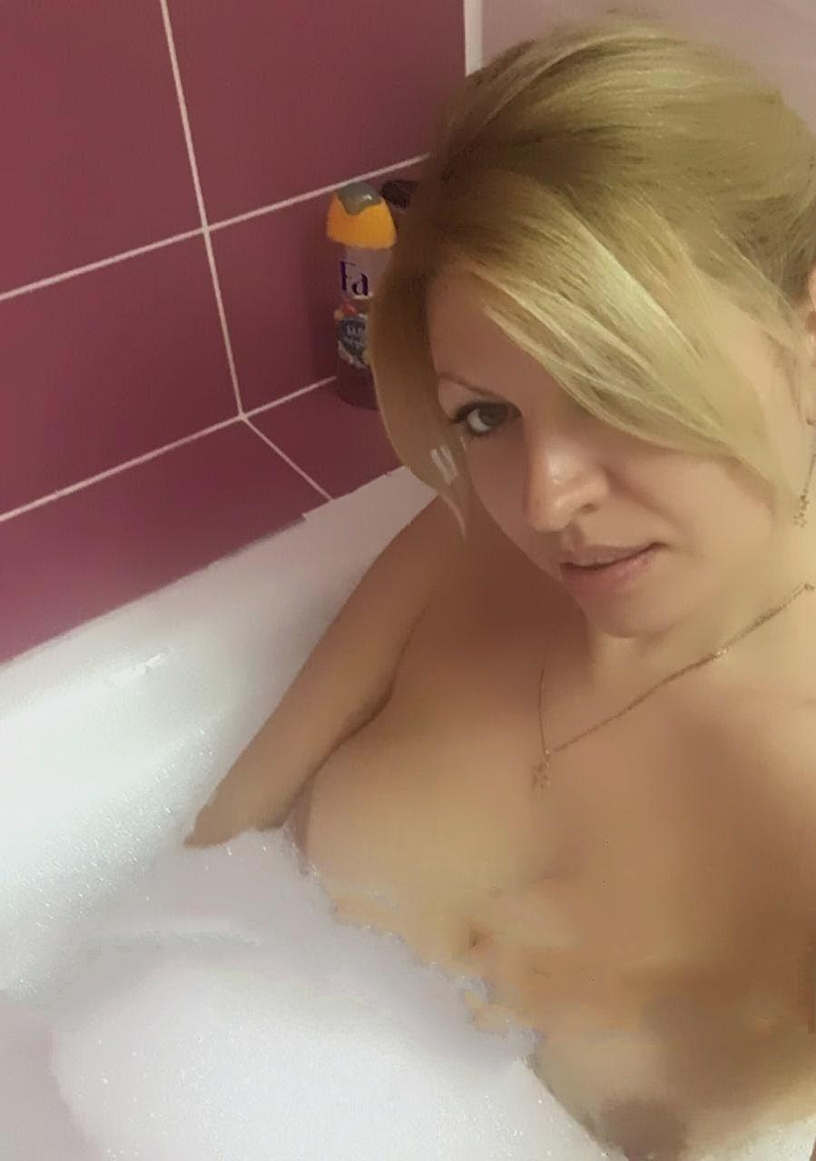 Picture with tags: Blonde, Topless, Interesting, Girl