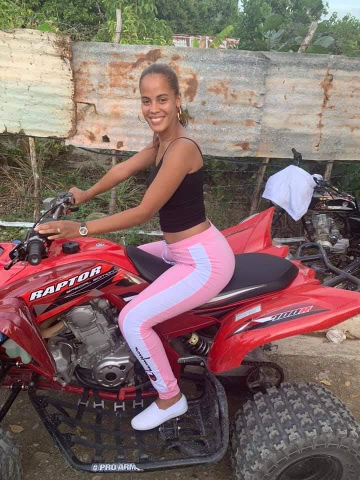 Imagen con etiquetas:Motocicletas y bicicletas, Chica