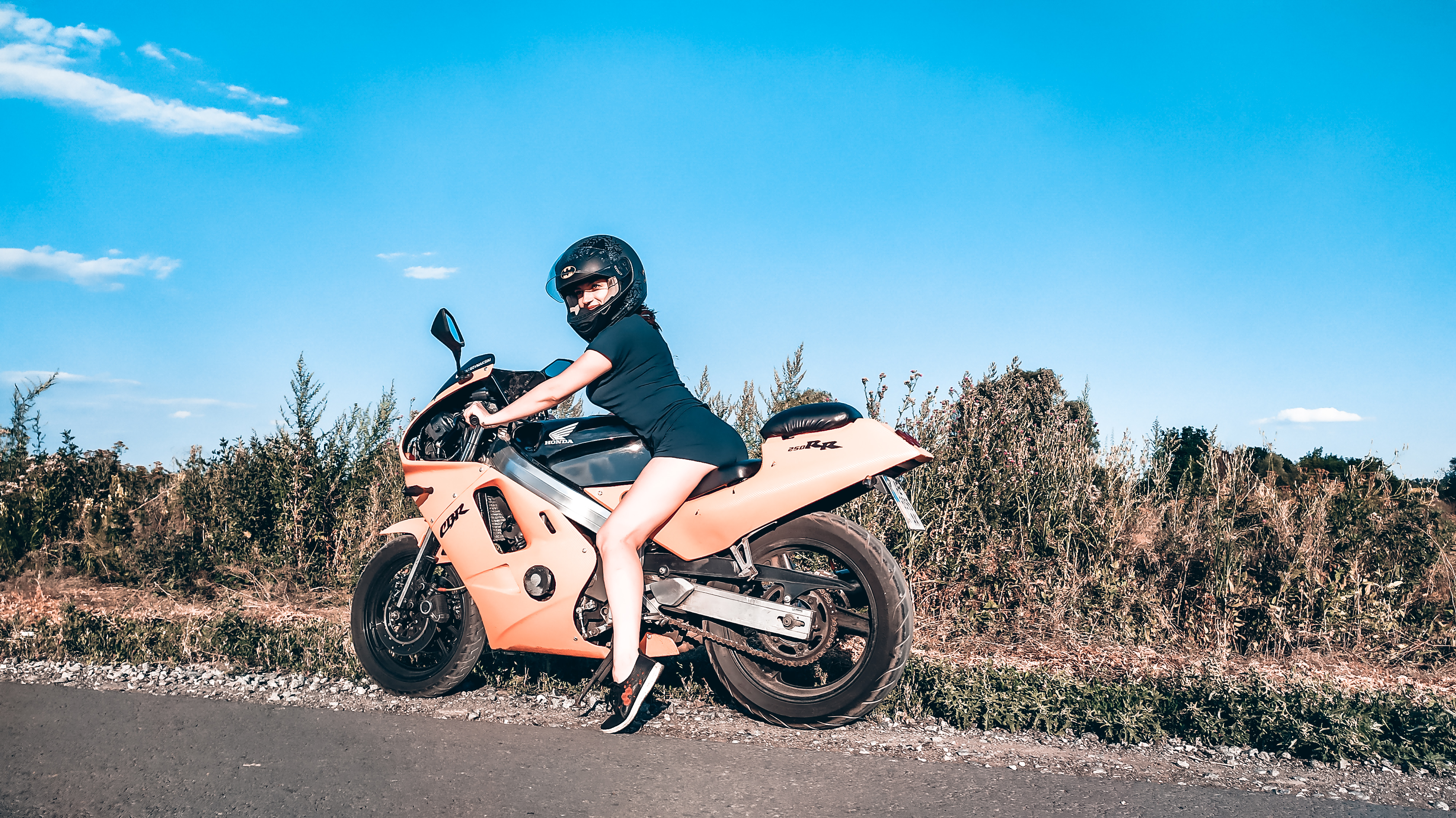 Immagine con tag:Bici, Chat video, Ragazze