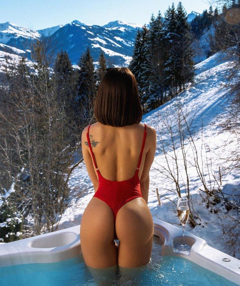 صورة ذات علامات:مثير للإهتمام, ملابس السباحة, الحمار, فتاة