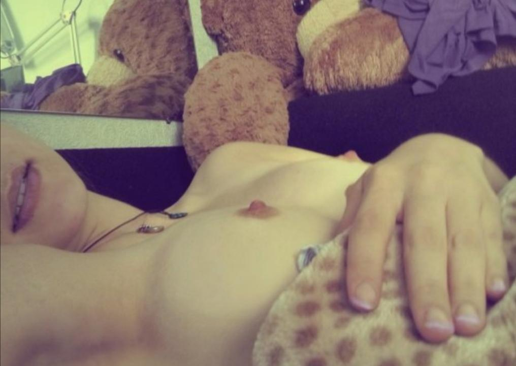 Afbeelding met tags:Topless, Interessant, Onbekend model